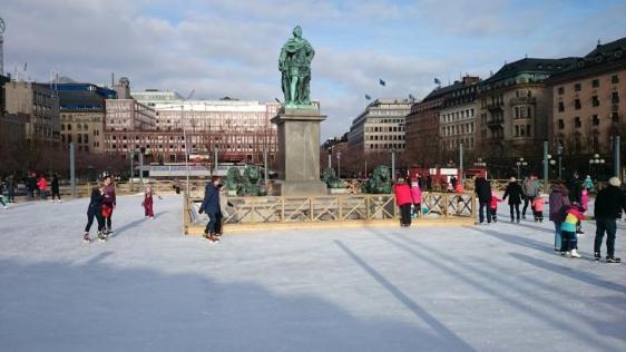 Här åker folket skridskor i Kungsträdgården under en gammal konung. Stoisk och gjord av metall som han är kan han uthärda vad som helst, till och med att man åker skridskor runt och runt hans stod.