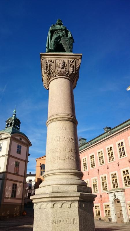 Här står Birger Jarl högt upp, ja nästan i himlen, på en cylindrisk stenstod på Riddarholmen. Birger Jarl grundade Sverige sägs det. (Jättelängesen)